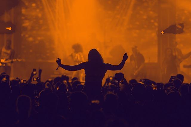 na koncertě na ramenou