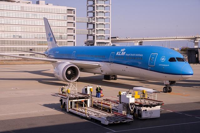 nákladní rampy a můstky na letišti